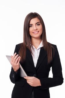 Портрет счастливой женщины с цифровым планшетом