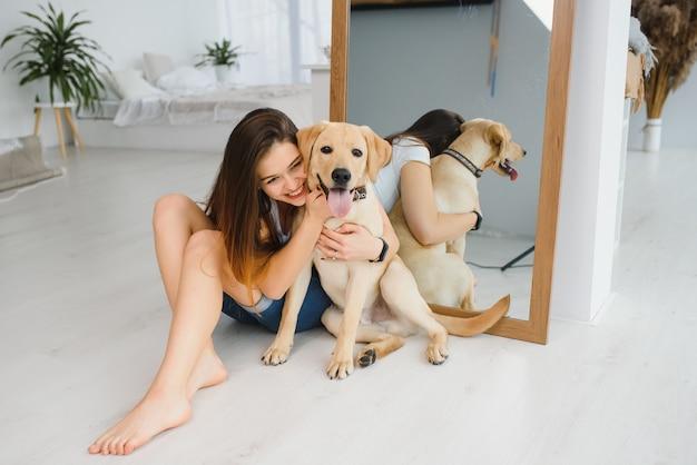 Портрет счастливой женщины с собакой дома