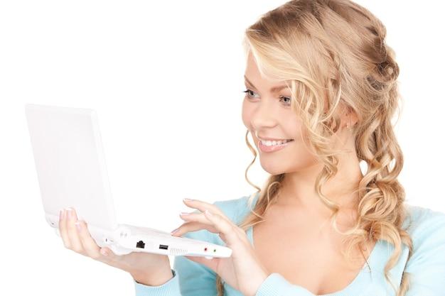 노트북 컴퓨터와 함께 행복 한 여자의 초상화