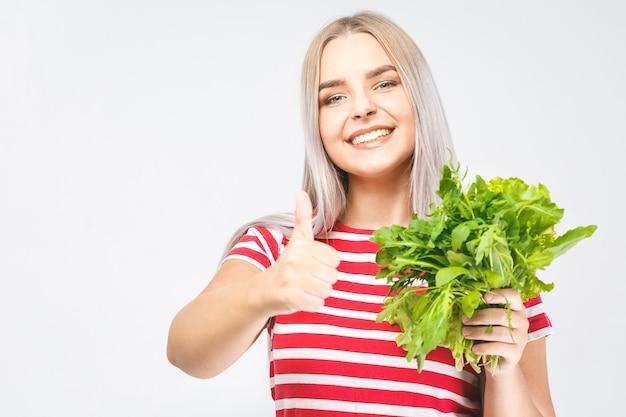白い背景の上に分離されたレタスと幸せな女性の肖像画。食品の健康コンセプト。いいぞ。