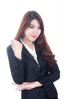 카메라를 보고 행복 한 젊은 아시아 비즈니스 여자의 초상화 흰색 배경에 팔을 교차