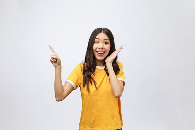 Портрет счастливой молодой азиатской женщины с пальцем вверх