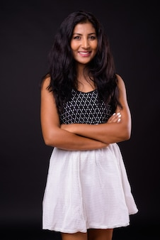 腕を組んで笑っている幸せな若い美しいインドの女性の肖像画
