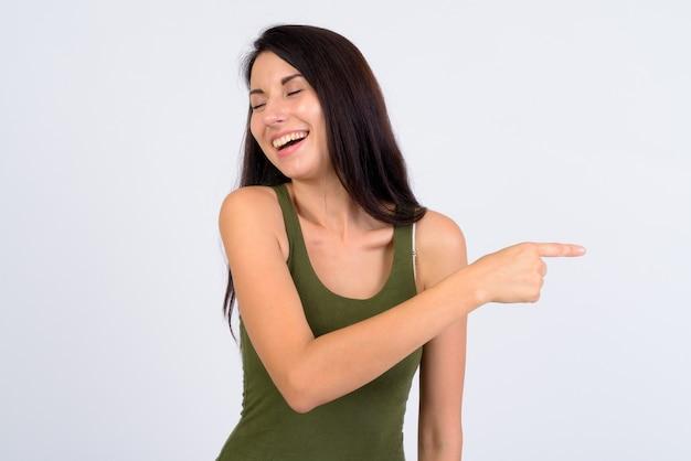 웃으면 서 손가락을 가리키는 행복 젊은 아름 다운 여자의 초상화