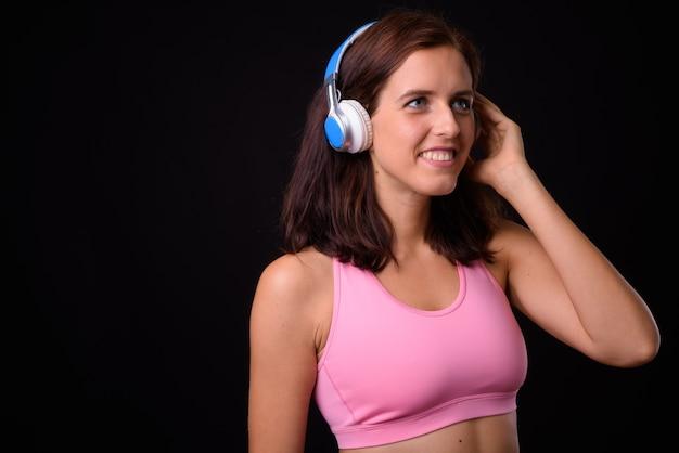 행복 한 젊은 아름 다운 여자의 초상화 음악을 듣고 체육관에 대 한 준비