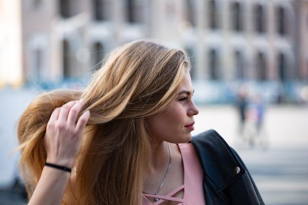 長い髪のサングラスで幸せな若いブロンドの女性の肖像画