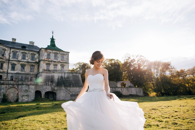 Портрет счастливой молодой невесты в белом платье