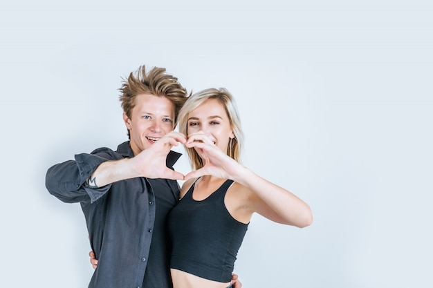 Портрет счастливой молодой пары любят вместе