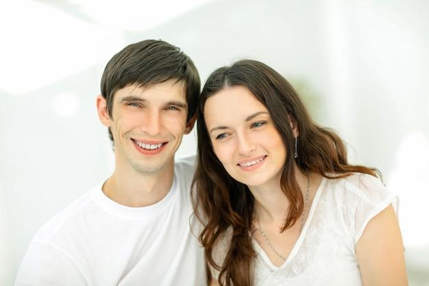 행복한 젊은 커플의 초상화. 가족 행복의 개념. 복사 공간이 있는 사진