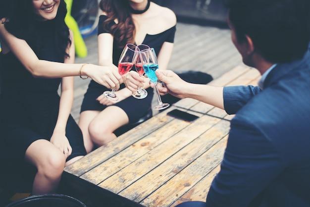Портрет счастливый молодых друзей, с удовольствием и пить вместе.
