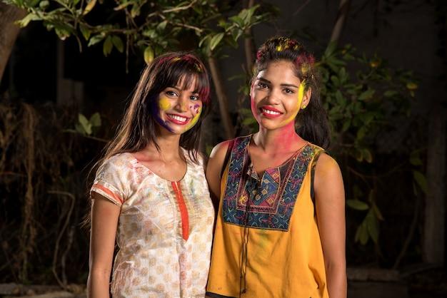 색상의 holi 축제에서 다채로운 분말과 재미 행복 어린 소녀의 초상화