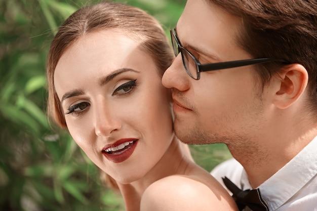 Портрет счастливых молодых влюбленных невесты и жениха