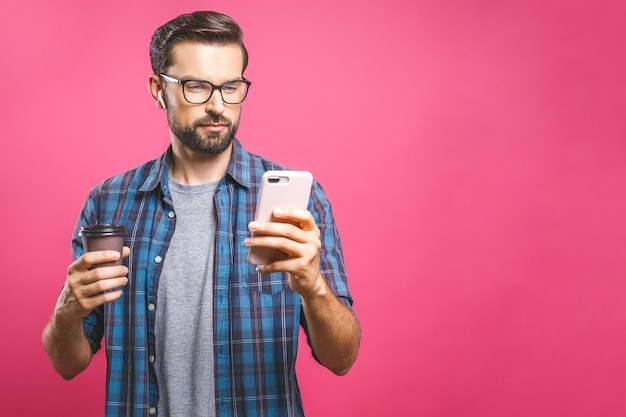 Портрет счастливого молодого человека с помощью телефона и пить