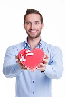 Портрет счастливого молодого человека с подарком - изолированный на белизне.