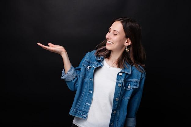 Портрет счастливой молодой женщины, держащей copyspace в ладони