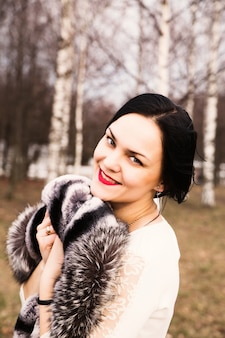 外の幸せな若い女の肖像