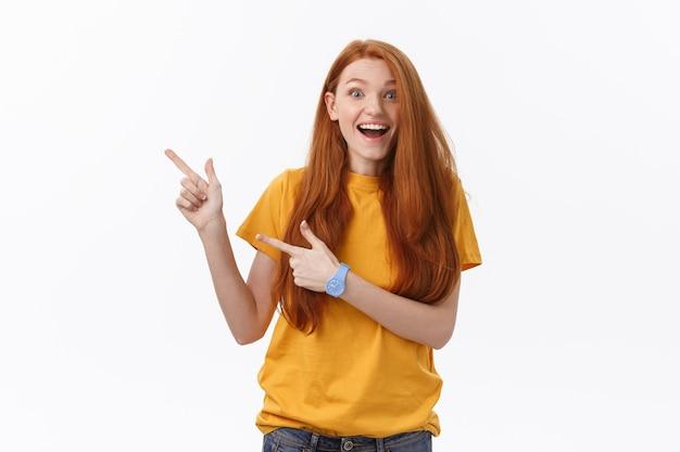 Портрет счастливой молодой женщины, стоящей изолированной над белой стеной