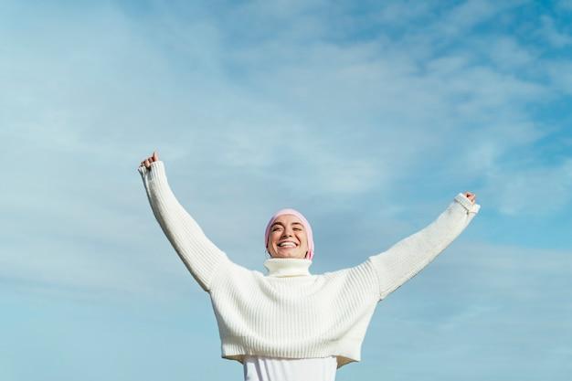 Портрет счастливой молодой женщины с раком с руки вверх