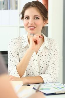 근면 한 여자 sittingat 사무실의 초상화