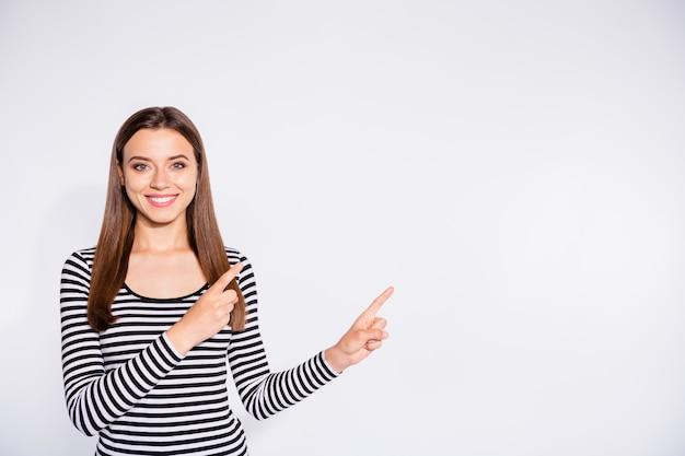 그녀의 초상화 그녀는 좋은 매력적인 매력적인 사랑스러운 쾌활한 명랑 콘텐츠 똑 바른 머리 소녀 흰색 빛 벽 위에 절연 복사 공간을 옆으로 두 집게 손가락을 가리키는