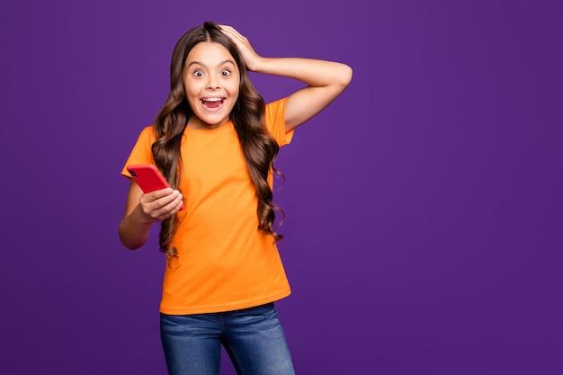 Портрет ее милая привлекательная очаровательная милая веселая ошеломленная девушка с волнистыми волосами, использующая быструю скорость цифрового устройства, изолированную на ярком ярком блеске, ярком лиловом фиолетовом фиолетовом цветном фоне
