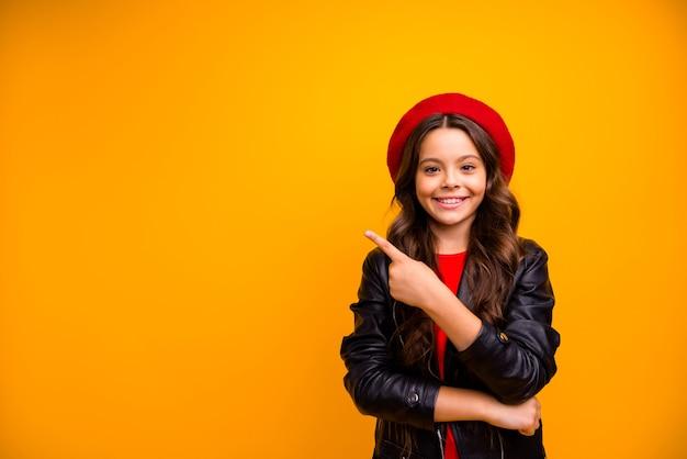 Портрет ее милая привлекательная очаровательная милая милая веселая веселая длинноволосая девушка показывает рекламную рекламу с советами, изолированную над ярко-яркой стеной яркого желтого цвета