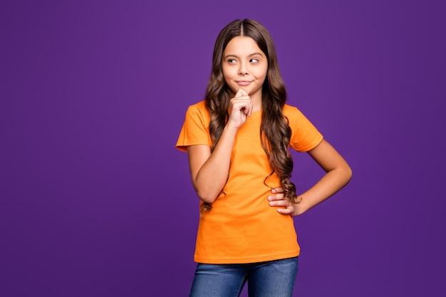 Портрет ее милая привлекательная очаровательная милая милая умная умная умная, хитрая волнистая девушка, создающая идею, изолированную на ярком ярком блеске, ярком лиловом фиолетовом фиолетовом цветном фоне