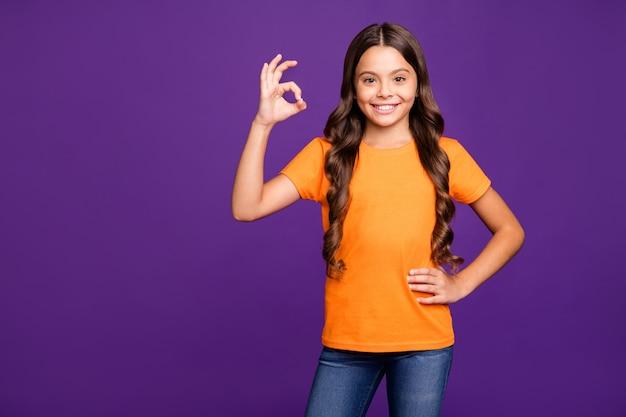 Портрет ее она милая привлекательная очаровательная милая обаятельная милая веселая веселая волнистая девушка, показывающая знак ок, изолированные на ярком ярком сиянии, ярком лиловом фиолетовом фиолетовом цветном фоне