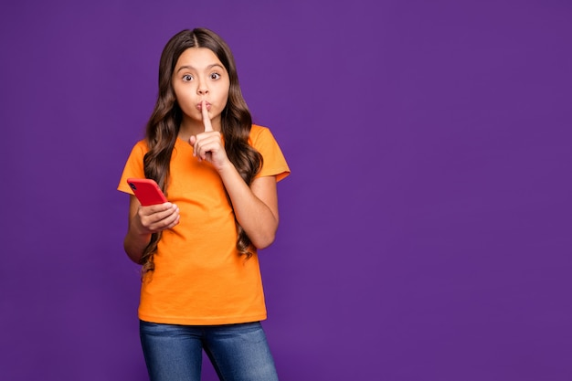 Портрет ее красивой привлекательной очаровательной подозрительной таинственной волнистой девушки, использующей цифровую ячейку, показывающую знак тсс, изолированную на ярком ярком сиянии, ярком лиловом фиолетовом фиолетовом цветном фоне