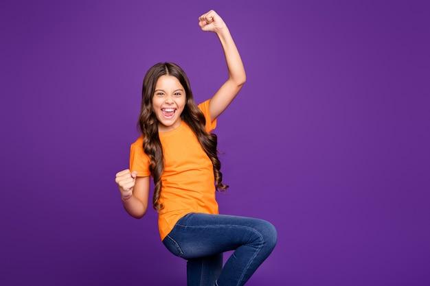 Портрет ее она милая привлекательная милая довольная веселая веселая волнистая девушка празднует достижения изолирована на ярком ярком блеске ярком лиловом фиолетовом фиолетовом цветном фоне