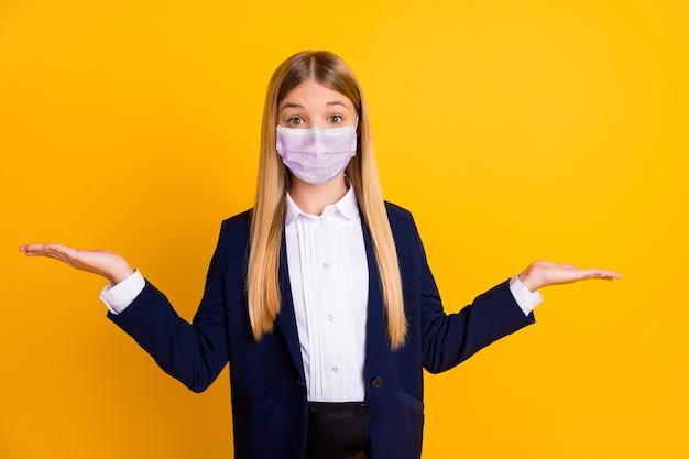 Портрет ее она красивый привлекательный длинноволосый школьник в защитной маске, держащийся на ладони, копия пространства, mers cov, консультация, реклама, терапия, изолированная, яркий яркий блеск, яркий желтый цвет фона