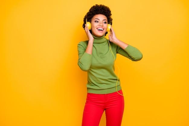 Портрет ее милая привлекательная милая очаровательная милая позитивная веселая веселая шатенка с волнистыми волосами слушает музыку соул фанк.
