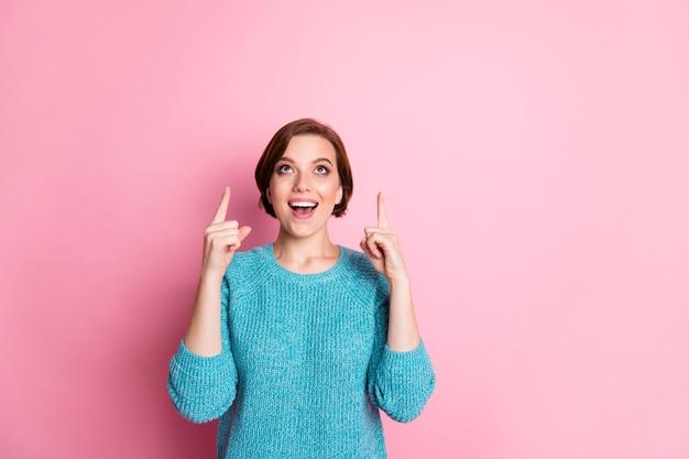 Портрет ее милая привлекательная милая обаятельная изрядно удивленная веселая жизнерадостная шатенка показывает на рекламу новой новинки