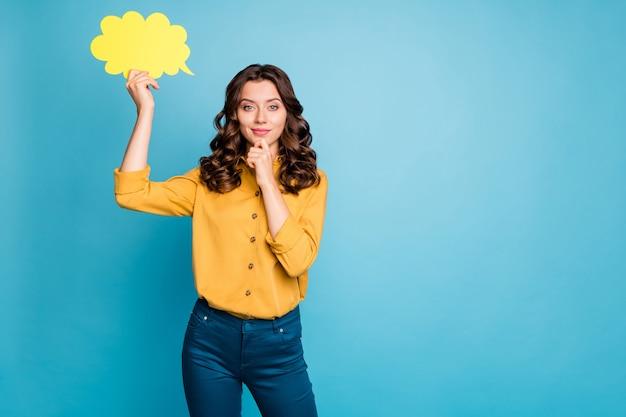 彼女の肖像画彼女は素敵な魅力的な素敵な陽気な陽気なウェーブのかかった髪の少女を手に持って黄色のコピースペースカード。