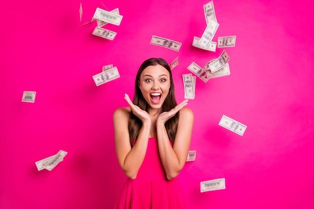 Портрет ее милая привлекательная прекрасная великолепная веселая рада, впечатлила длинноволосую девушку, наслаждающуюся денежным потоком, изолированную на ярком ярком сиянии яркого розового цвета фуксии