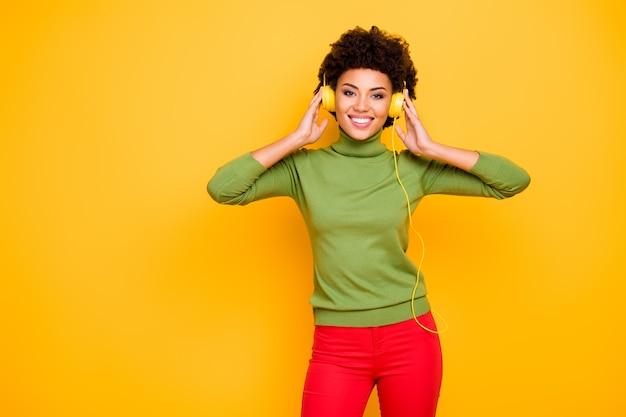 Портрет ее милая привлекательная милая симпатичная веселая шатенка с волнистыми волосами слушает классную музыку соул-фанк.