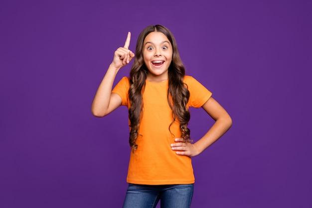 Портрет ее милая, привлекательная, милая, умная, умная, веселая, веселая, с волнистыми волосами, девушка, создающая новые крутые идеи, изолированные на ярком ярком сиянии, ярком лиловом фиолетовом фиолетовом цветном фоне.