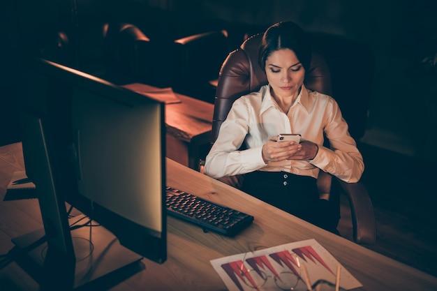 그녀의 초상화 그녀는 좋은 매력적인 사랑스러운 세련된 집중된 근면 한 businesslady 전문가 전문가 밤 어두운 직장 역에서 계획 전략 마감일을 준비하는 메시지를 확인