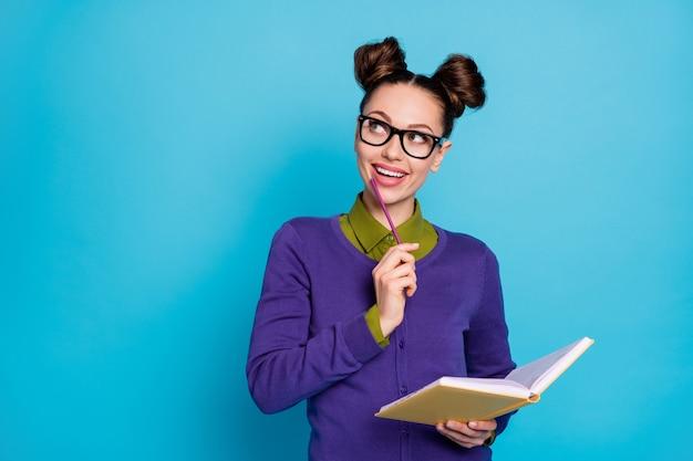 그녀의 초상화는 밝고 선명한 청록색 청록색 배경에서 격리된 숙제를 하는 멋지고 똑똑하고 영리한 쾌활한 소녀 괴짜 학습 쓰기