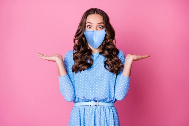 Портрет ее красивой привлекательной изумленной волнистой дамы в безопасной синей многоразовой текстильной маске, больной, больной, диагноз, заболевание mers cov, изолированное на розовом фоне пастельных тонов.
