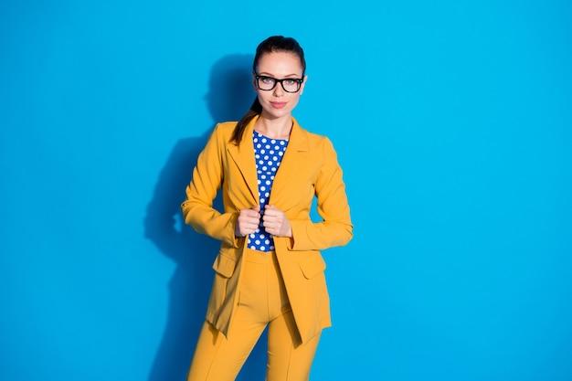 그녀의 잘 생긴 매력적인 매력적인 콘텐츠 고급스러운 세련된 여성 지도자 상어 전문가 자격을 갖춘 트레이너 코치가 고립된 밝고 생생한 빛나는 생생한 파란색 배경을 포즈를 취하는 그녀의 초상화