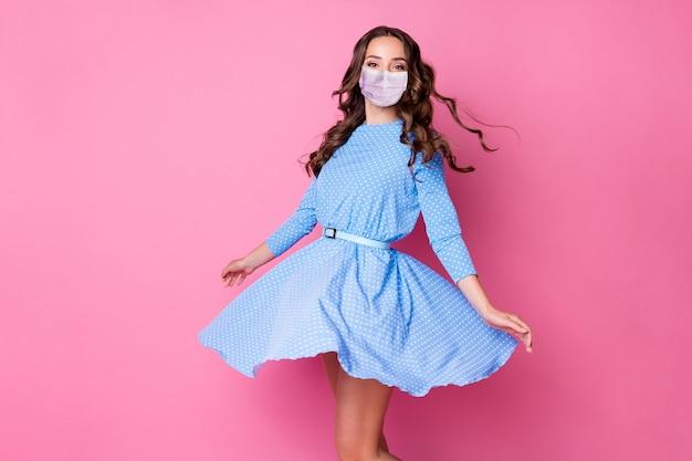 Портрет ее красивой привлекательной элегантной волнистой дамы в маске безопасности, танцевальный клуб, держите профилактику болезней на расстоянии, изолированную на розовом пастельном фоне