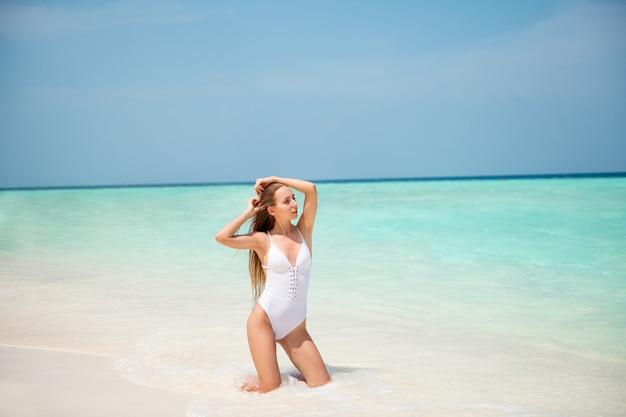 Портрет своей красивой привлекательной великолепной изящной стройной длинноволосой девушки-модели, наслаждающейся отдыхом на выходных, роскошный курортный отель, тур, позирующий, плакат, плакат, реклама