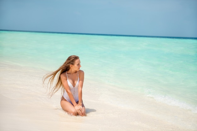 Портрет своей красивой привлекательной великолепной стройной длинноволосой девушки-модели, проводящей выходные в спокойном мирном месте, рай бали, гоа, позирует рекламный фон, промо-тур, туризм