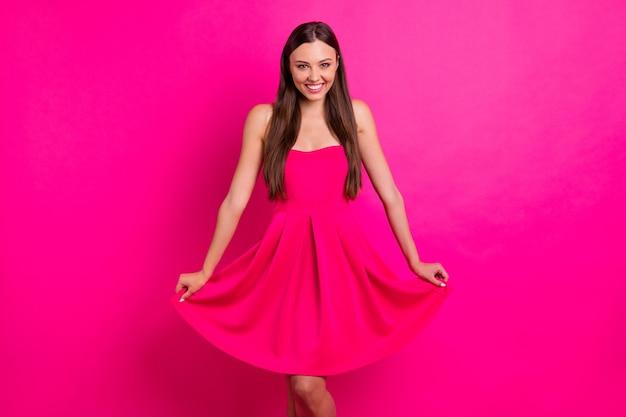 Портрет ее милая привлекательная милая милая великолепная веселая веселая девчачья длинноволосая девушка позирует изолированно на ярком ярком сияющем фоне яркого розового цвета фуксии