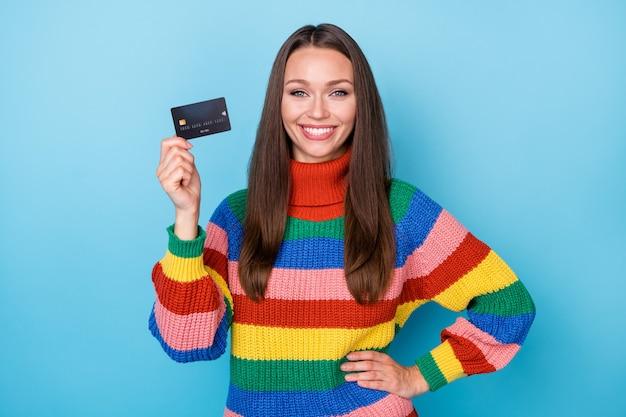 그녀의 초상화는 은행 카드 클라이언트 서비스 전자 뱅킹 무선 격리된 밝고 생생한 선명한 파란색 배경을 들고 있는 멋지고 사랑스럽고 쾌활한 쾌활한 소녀입니다.