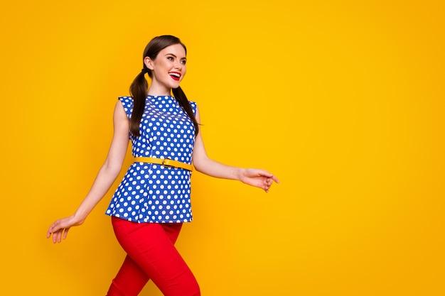 Портрет ее красивой привлекательной довольно милой модной элегантной стройной стройной веселой веселой девушки, изолированной на ярком ярком фоне яркого желтого цвета