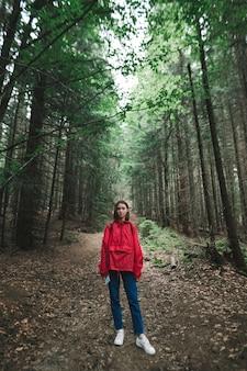 森の中をハイキングする流行に敏感な女の子の肖像画