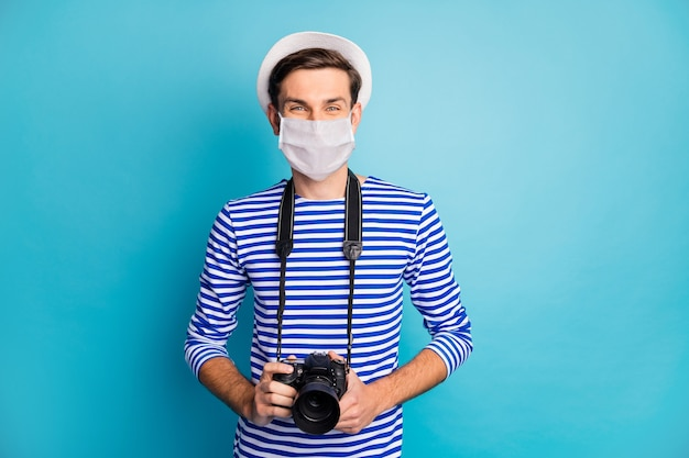 안전 마스크를 쓴 매력적인 남자 여행자의 초상화 캠 판데미아 인플루엔자 오염 방지 조치 메르스 차이나 우한 격리 파란색 배경