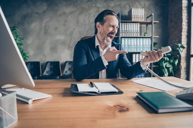 현대 로프트 산업 스타일의 실내 작업 공간에서 전화 스캔들 싸움 위기에 대해 소리치는 그의 절망적인 분노 미친 사악한 실업자 고용주 경제학자의 초상화
